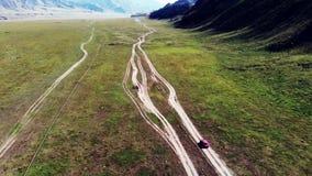Paseos rojos del coche en terreno montañoso metrajes