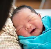 Pasgeboren Aziatische babymeisje en moeder Stock Afbeeldingen