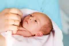 Pasgeboren baby in de handen Royalty-vrije Stock Afbeeldingen