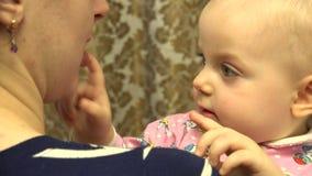 Pasgeboren baby in de handen van de moeder 4K UltraHD, UHD stock video