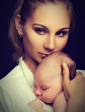 Pasgeboren baby in de wapens van moeder Stock Foto