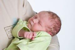 Pasgeboren baby in de wapens van zijn papa Royalty-vrije Stock Afbeeldingen