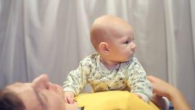 Pasgeboren baby in de wapens van zijn vader stock videobeelden