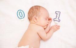 Pasgeboren baby die in bed ligt royalty-vrije stock foto's