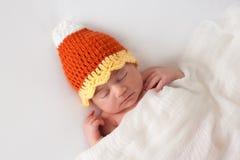Pasgeboren Baby die een Halloween-Hoed van het Suikergoedgraan dragen stock foto