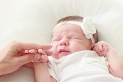 Pasgeboren baby die op een witte algemene, zachte nadrukachtergrond leggen stock fotografie