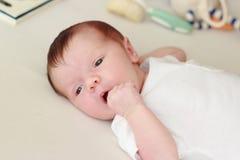 Pasgeboren baby die op een witte algemene, zachte nadrukachtergrond leggen royalty-vrije stock afbeelding