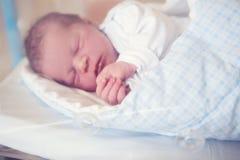 Pasgeboren baby die in voederbak in het prenatale ziekenhuis leggen royalty-vrije stock fotografie