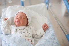 Pasgeboren baby die in voederbak in het prenatale ziekenhuis leggen stock afbeelding