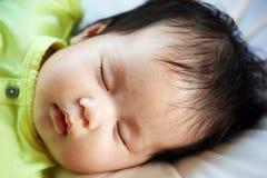 Pasgeboren baby die vreedzaam slapen Stock Fotografie