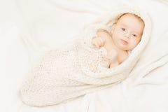 Pasgeboren baby die zachte wollen algemene, witte achtergrond behandelen Royalty-vrije Stock Afbeeldingen