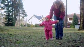 Pasgeboren baby en familie die in het Park lopen stock videobeelden