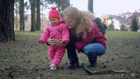 Pasgeboren baby en familie die in het Park lopen stock footage