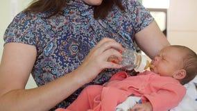 Pasgeboren baby in het moederschapsziekenhuis - de moeder voedt haar baby royalty-vrije stock foto