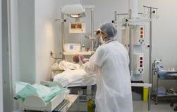 Pasgeboren baby in leveringsruimte Royalty-vrije Stock Foto's
