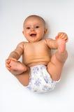 Pasgeboren baby in luier die die op rug liggen - op wit wordt geïsoleerd Royalty-vrije Stock Fotografie