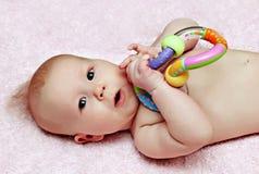 Pasgeboren baby met colorfullrammelaar royalty-vrije stock fotografie
