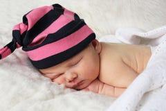 Pasgeboren baby met gestreepte hoed Royalty-vrije Stock Afbeelding