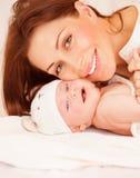 Pasgeboren baby met mama Stock Afbeelding
