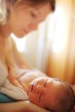 Pasgeboren baby met moeder Stock Foto's