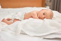 Pasgeboren baby met open ogen stock foto