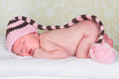 Pasgeboren baby met pompomhoed Stock Fotografie