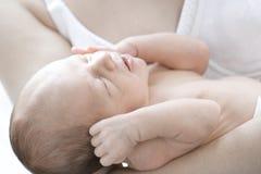 Pasgeboren baby in moedershand Royalty-vrije Stock Foto