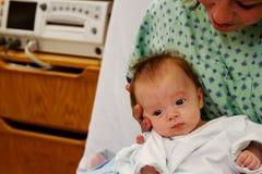 Pasgeboren baby op de overlapping van het Mamma royalty-vrije stock foto's