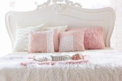 Pasgeboren baby op groot bed Stock Fotografie