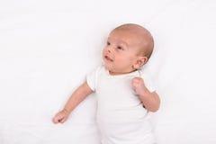 Pasgeboren baby op wit blad Stock Foto