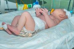 Pasgeboren baby op zuigelings warmer systeem in intensive careeenheid bij pasgeborenen royalty-vrije stock foto