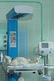 Pasgeboren baby op zuigelingsverwarmingstoestel in intensive careeenheid bij pasgeborenen royalty-vrije stock afbeeldingen