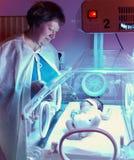 Pasgeboren baby in phototherapy incubatordoos, stock foto's