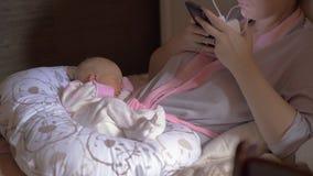 Pasgeboren baby in slaap op een hoofdkussen stock videobeelden