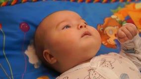 Pasgeboren baby Weinig baby Baby die in de camera kijken Kind Aanbiddelijk babymeisje stock videobeelden