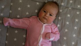 Pasgeboren baby Weinig baby Baby die in de camera kijken Kind Aanbiddelijk babymeisje stock footage