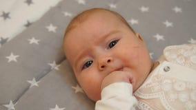 Pasgeboren baby Weinig baby Baby die in de camera kijken Kind Aanbiddelijk babymeisje stock video