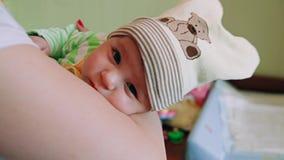 Pasgeboren babydalingen in slaap op handen bij moeder stock footage