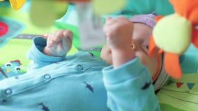 Pasgeboren babyjongen stock footage