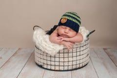 Pasgeboren Babyjongen die Beanie Cap dragen Stock Foto