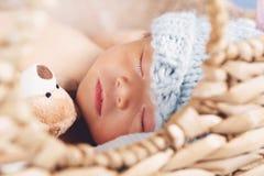 Pasgeboren Babyjongen in een Mand stock foto