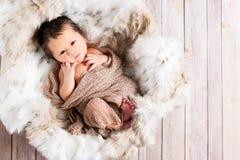Pasgeboren Babyjongen in een Mand stock afbeeldingen