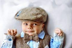 Pasgeboren babyjongen in hoed en vlinderdas het smilling aan de camera Royalty-vrije Stock Fotografie