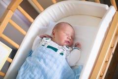 Pasgeboren babyjongen in hosptal wieg Royalty-vrije Stock Foto's