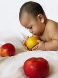 Pasgeboren babyjongen met appelen Royalty-vrije Stock Afbeelding