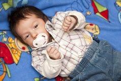 Pasgeboren babyjongen met fopspeen stock foto's
