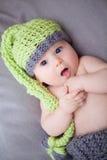 Pasgeboren babyjongen met gebreide hoed Royalty-vrije Stock Afbeelding