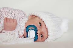 Pasgeboren babyjongen met model Stock Afbeelding