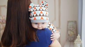 Pasgeboren babyjongen in moeder` s wapens stock video