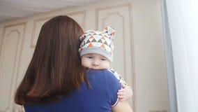 Pasgeboren babyjongen in moeder` s wapens stock footage